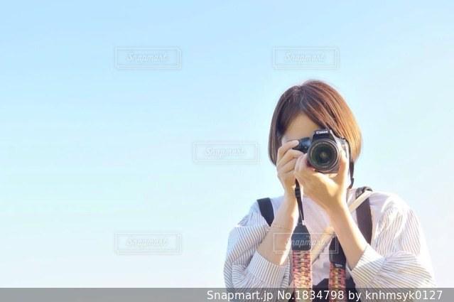 携帯電話で通話中の女性の写真・画像素材[1834798]