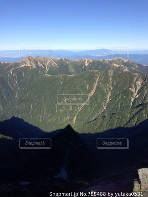 背景の大きな山のビューの写真・画像素材[788488]