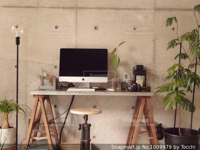 ダイニング ルームのテーブルの写真・画像素材[1009979]