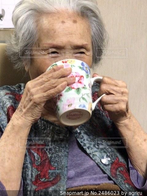 おばあちゃんとティータイムの写真・画像素材[2486023]