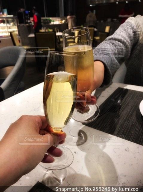 シャンパンで乾杯の写真・画像素材[956246]