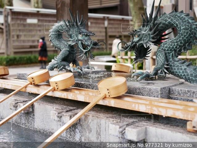 手水舎の龍と柄杓の写真・画像素材[977321]