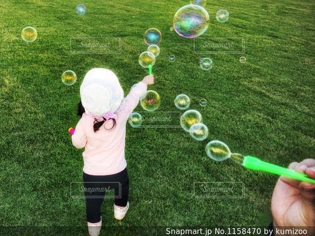 しゃぼん玉遊びに夢中な女の子の写真・画像素材[1158470]