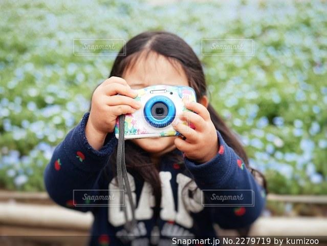 携帯電話を持っている人の写真・画像素材[2279719]