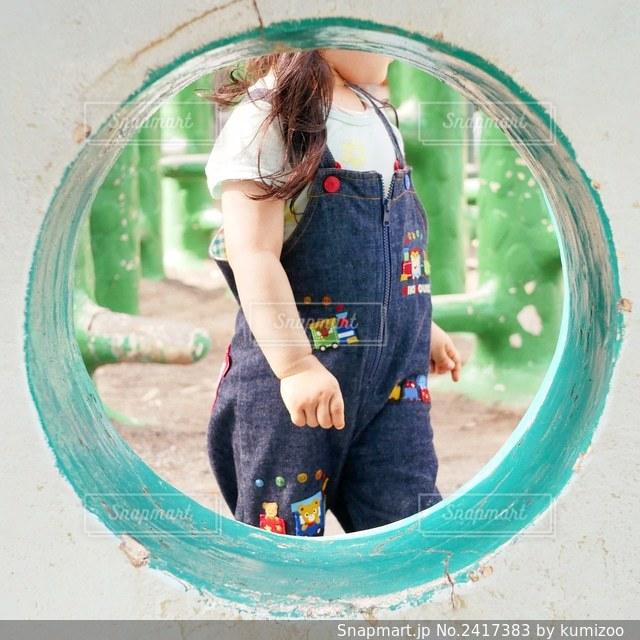 オーバーオールの女の子の写真・画像素材[2417383]