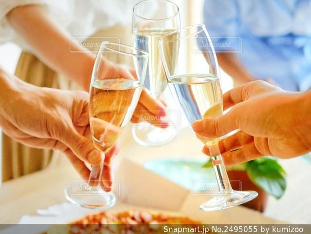 ワイン持っている人の写真・画像素材[2495055]