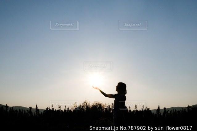 日没の前に立っている男の写真・画像素材[787902]