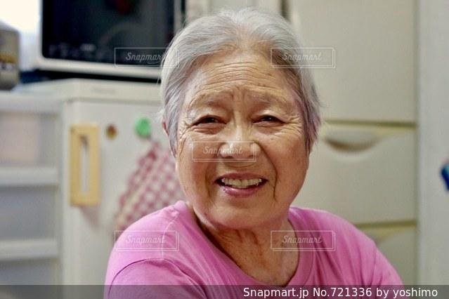 笑顔のおばあちゃんの写真・画像素材[721336]