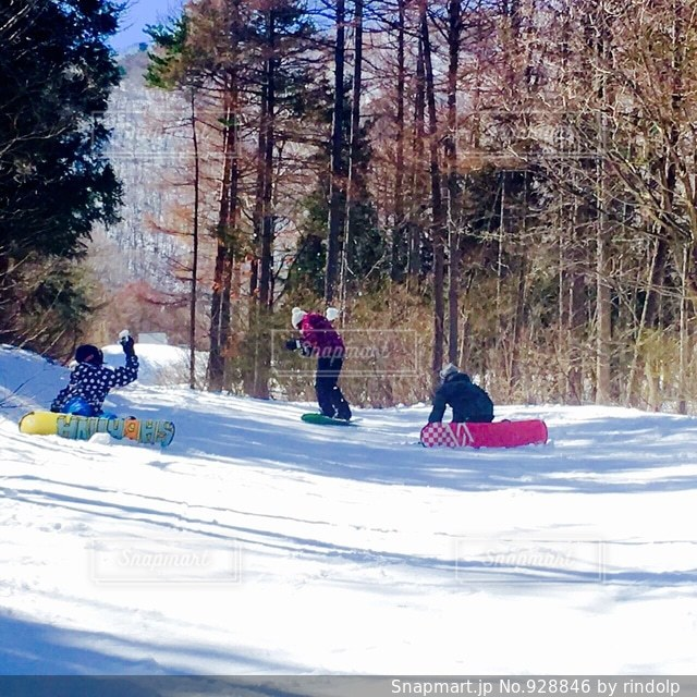 雪に覆われた斜面をスキーに乗っている人のグループ - No.928846