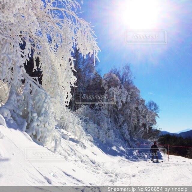 雪の上に乗って男覆われた斜面の写真・画像素材[928854]