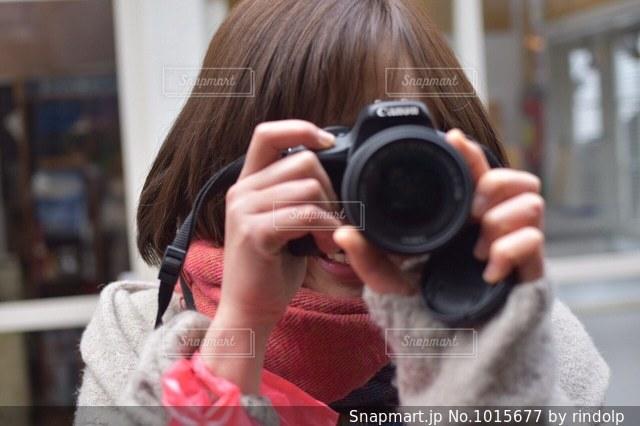 カメラを持っている人の写真・画像素材[1015677]