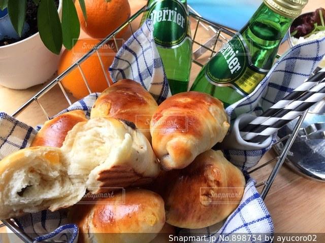 テーブルの上に食べ物の写真・画像素材[898754]