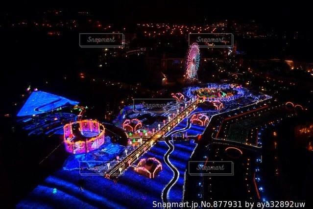 夜のライトアップされた街の写真・画像素材[877931]