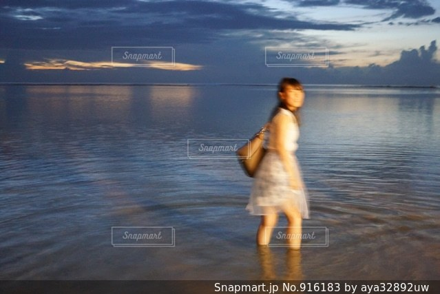 水の体の横に立っている人の写真・画像素材[916183]