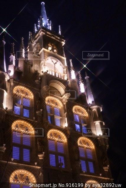 建物の前に夜のライトアップされた街の写真・画像素材[916199]