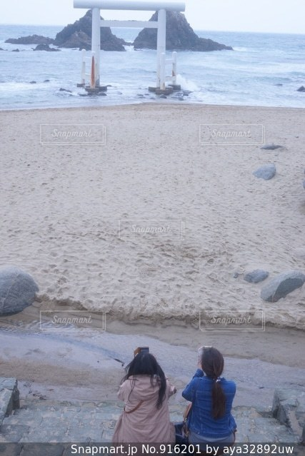 水の体の近くのビーチの人々 のグループ - No.916201