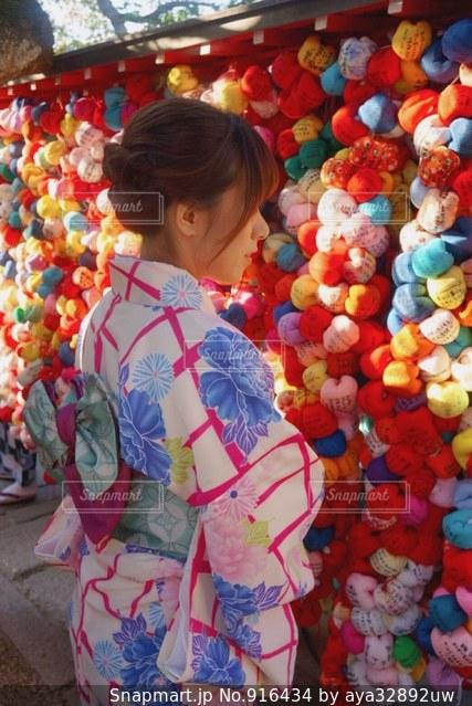店の前に立っている少女の写真・画像素材[916434]
