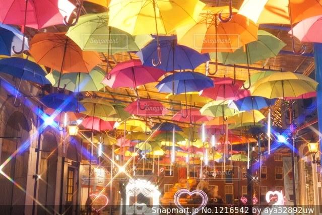 傘は建物の側面を離れて掛かるの写真・画像素材[1216542]