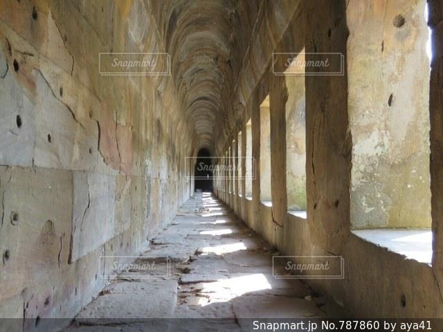 近くの石造りの建物の写真・画像素材[787860]