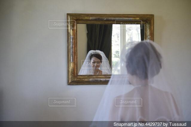 鏡に映る花嫁の写真・画像素材[4429737]