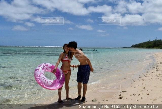砂のビーチでフリスビーを持って男は、 - No.916517