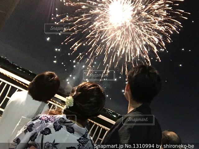 空に花火のグループの写真・画像素材[1310994]