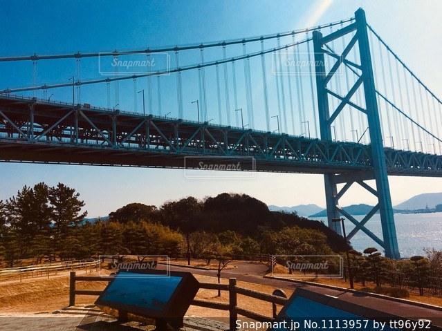 水の体の上を橋を渡る列車の写真・画像素材[1113957]