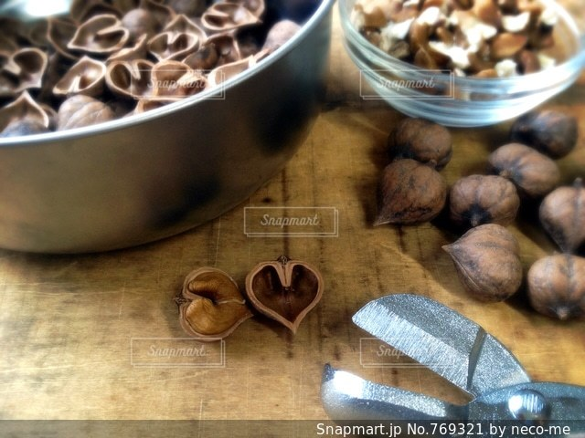ハート型の姫胡桃の殻の写真・画像素材[769321]