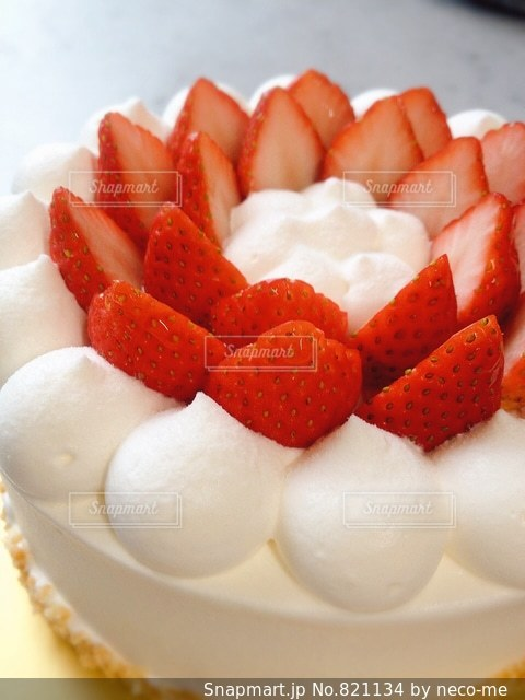 いちごのホールケーキの写真・画像素材[821134]