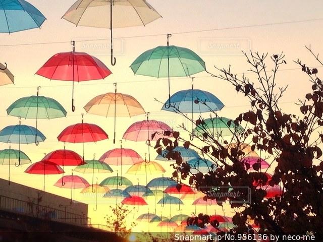 夕焼けとパラソルの写真・画像素材[956136]