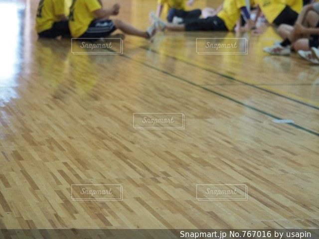 床の上に乗っている人のグループの写真・画像素材[767016]