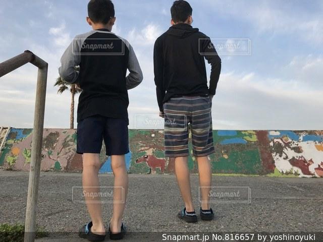 人の横に立っている若い男性のグループの写真・画像素材[816657]