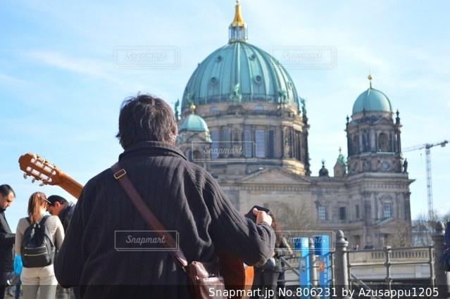 人と建物の前に立っている女性の写真・画像素材[806231]