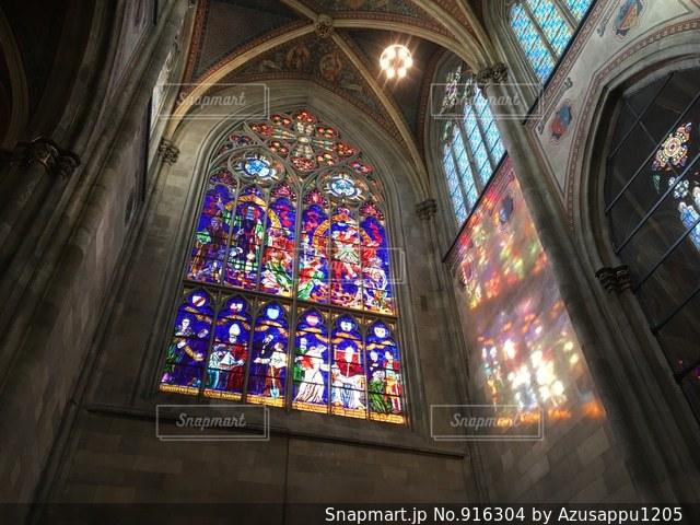 多くの窓の大型ビルの写真・画像素材[916304]