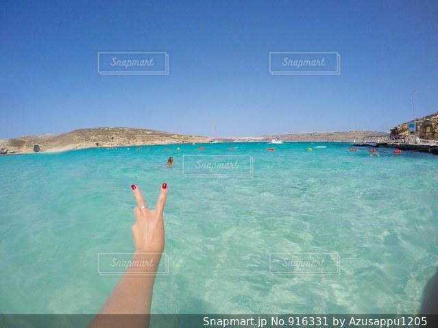 体内の水を泳いでいる人の写真・画像素材[916331]