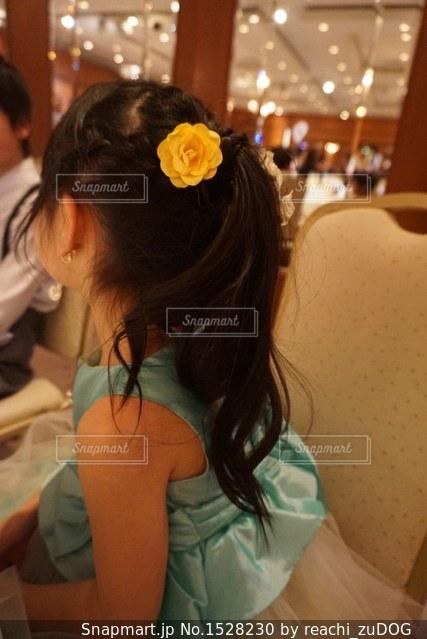 テーブルに座っている女性の写真・画像素材[1528230]
