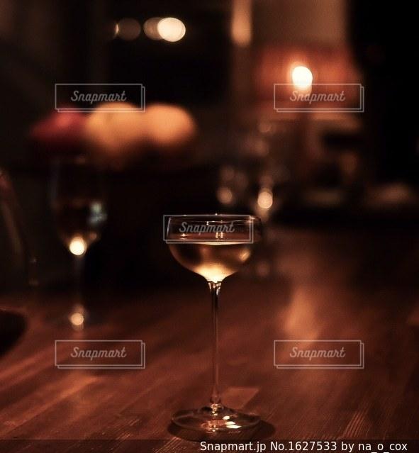 グラスに注がれた白ワインの写真・画像素材[1627533]
