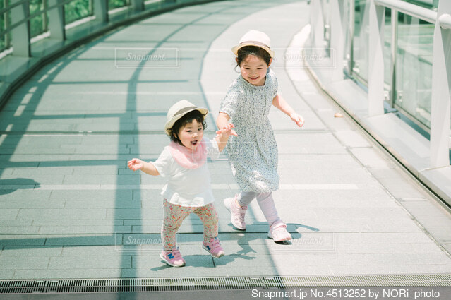元気よく走って来る子供たちの写真・画像素材[4513252]