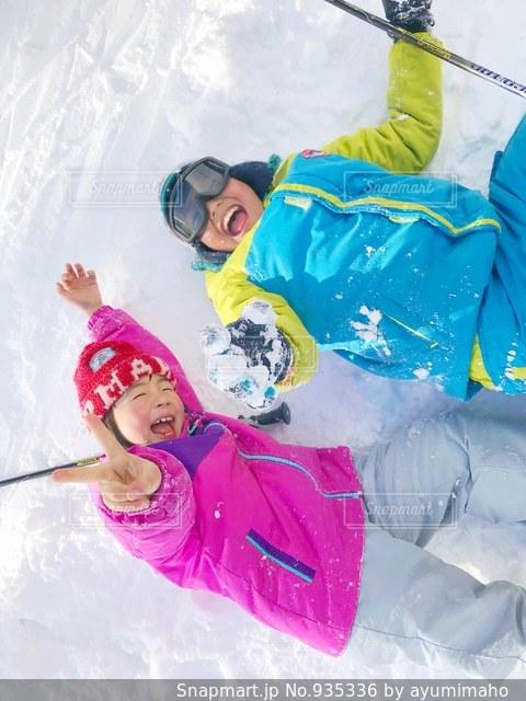 雪の中で横になっている少女 - No.935336