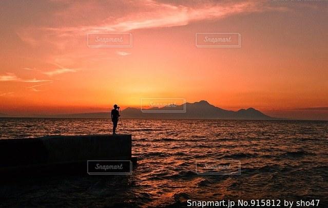 水の体に沈む夕日の写真・画像素材[915812]
