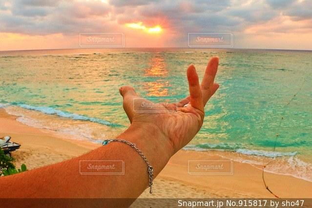 水の体の横に立っている人 - No.915817