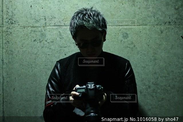 建物の前に立っている男の写真・画像素材[1016058]