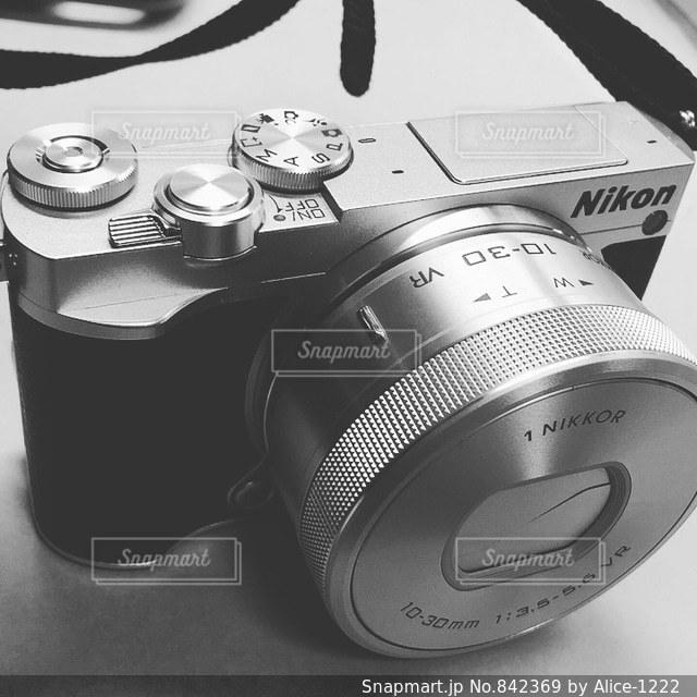 テーブルの上の黒いカメラの写真・画像素材[842369]
