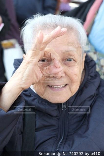 カメラの笑みを浮かべて女性の写真・画像素材[740292]