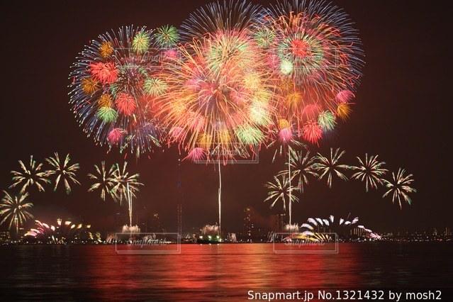 空に花火の写真・画像素材[1321432]