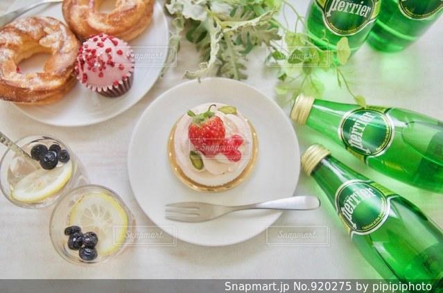 ペリエとケーキの写真・画像素材[920275]