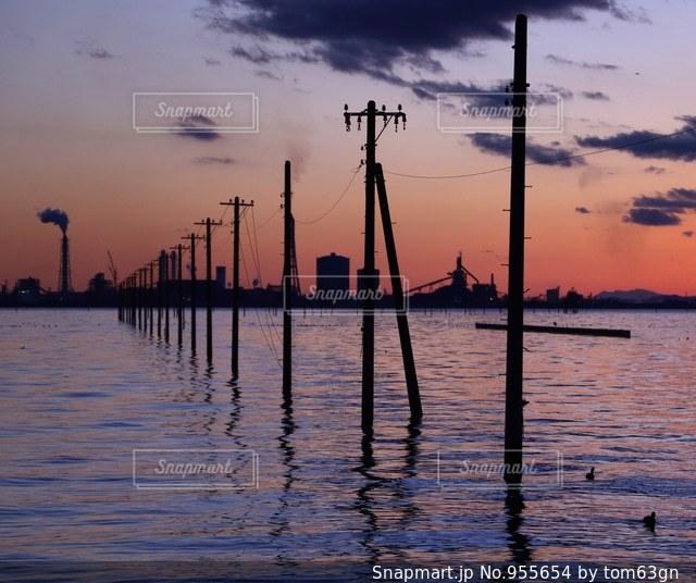 水の体に沈む夕日の写真・画像素材[955654]