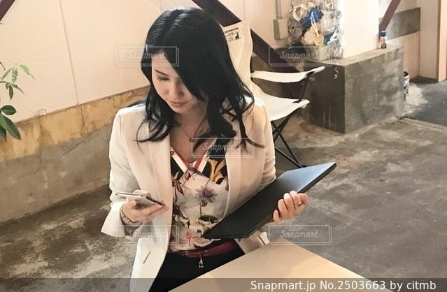 仕事中の女性の写真・画像素材[2503663]