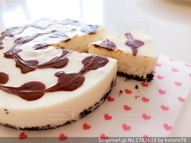 皿の上のケーキの一部の写真・画像素材[1782603]