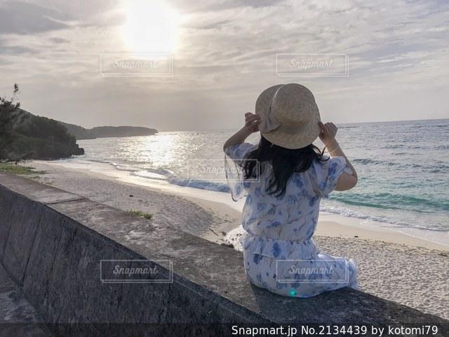 水域の隣に立っている人の写真・画像素材[2134439]